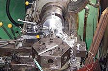 大型旋盤による試作品の製造